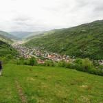 Спуск в село Богдан. Вид на долину.
